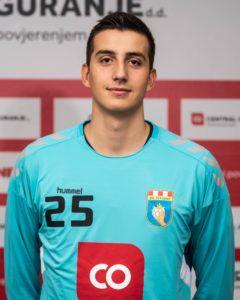 25 Matej Mandić